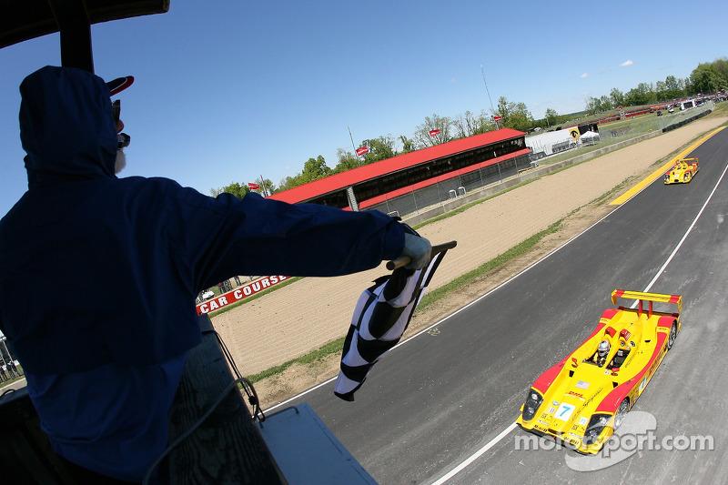 #7 Penske Motorsports Porsche RS Spyder: Timo Bernhard, Romain Dumas passe la ligne d'arrivée avant