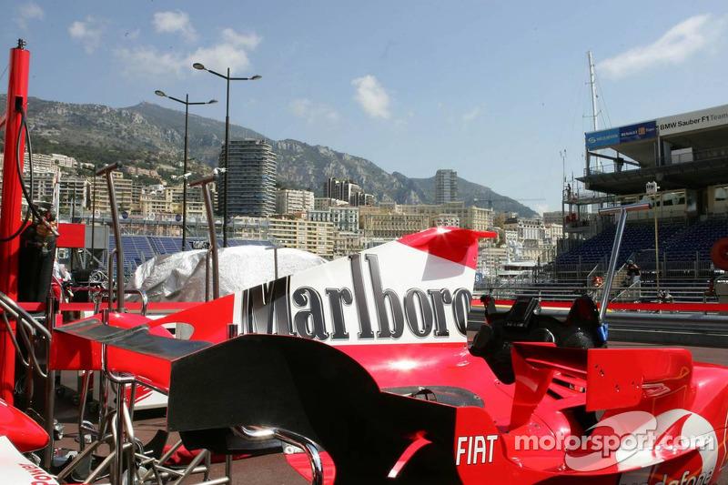 Un capot de la Scuderia Ferrari dans la ligne des stands