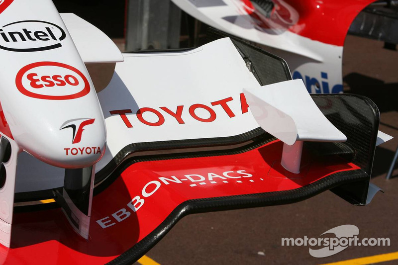 Carrosserie Toyota F1 dans la ligne des stands
