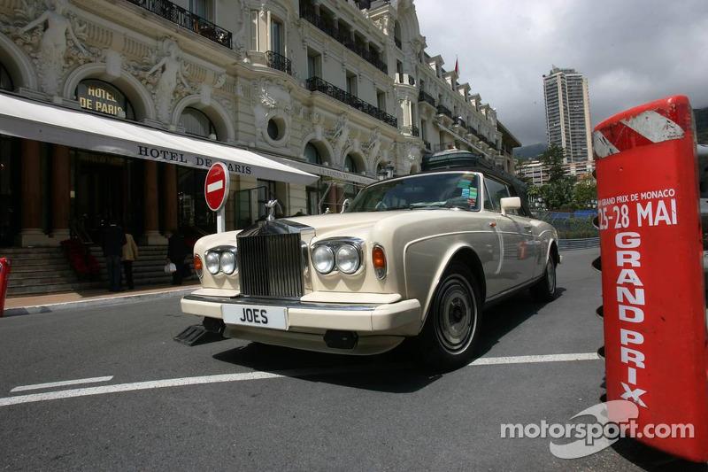 Une Rolls Royce à l'extérieur de l'hôtel de Paris