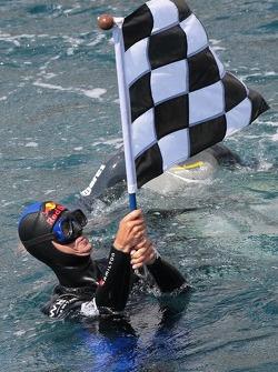 Opération Poséidon: le pilote libre Pierre Frolla avec le drapeau à damier