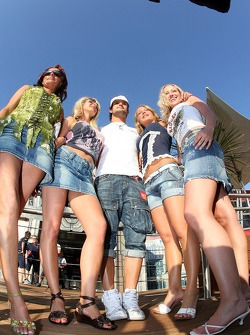 Vitantonio Liuzzi with girls in front of the Superman branded Energy Station
