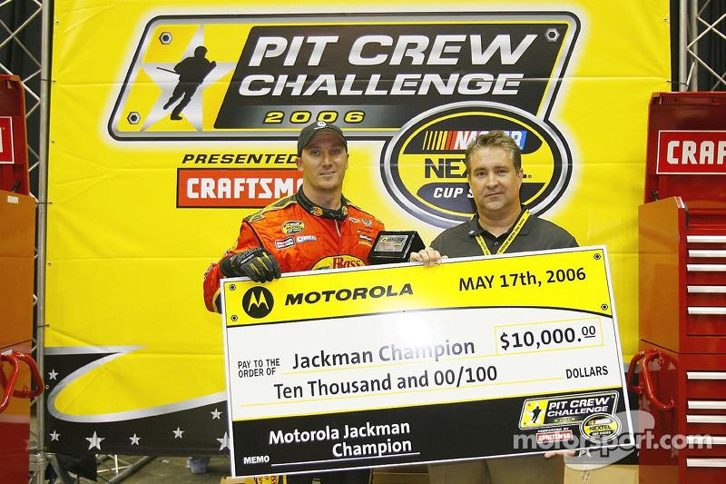 Le champion Jackman Jeff Kerr reçoit un chèque de 10,000 dollars après la NASCAR Nextel Pit Crew Challenge