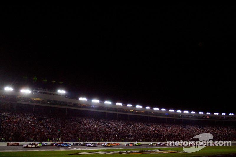 Kasey Kahne devant au départ de la NASCAR Nextel Cup Series All-Star Challenge