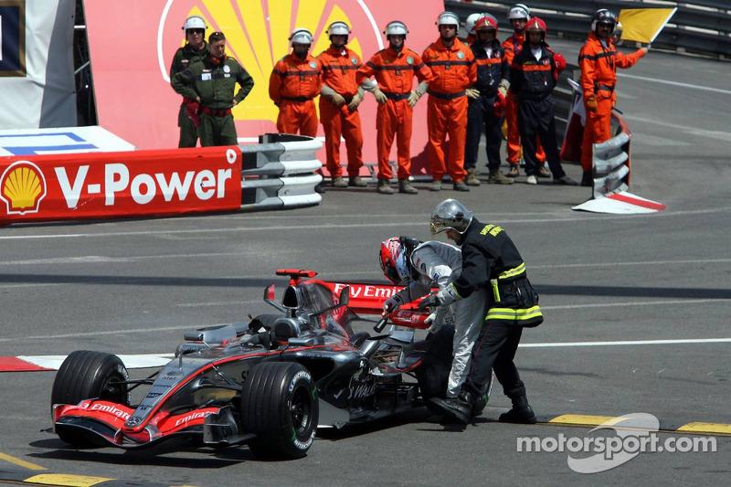 Kimi Räikkönen arrêté sur la piste à la fin de la session