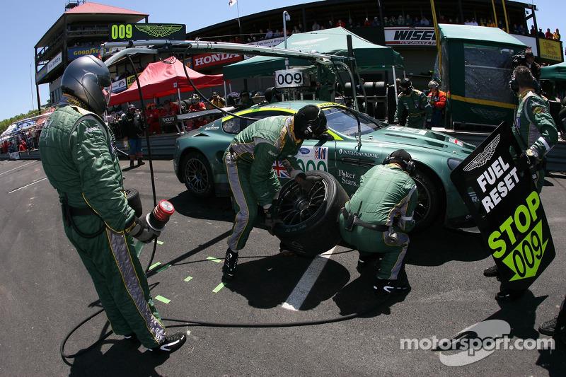 Arrêt au stand pour #009 Aston Martin Racing Aston Martin DB9: Pedro Lamy, Stéphane Sarrazin