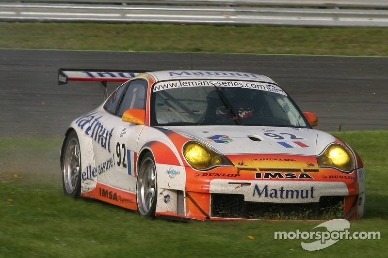 Dans l'herbe pour la #92 Imsa Performance Matmut Porsche 996 GT3 RSR: Christophe Bouchut, Raymond Narac