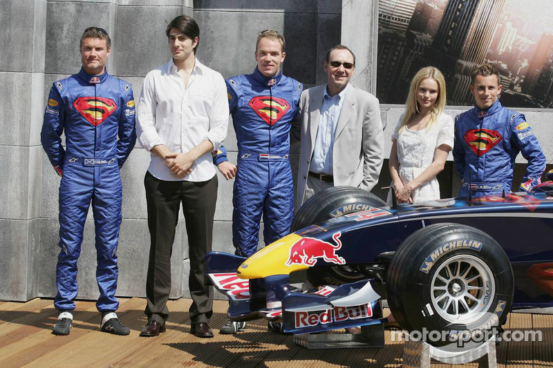 Les pilotes Red Bull Racing avec les acteurs Brandon Ruth, Kate Bosworth, Kevin Spacey