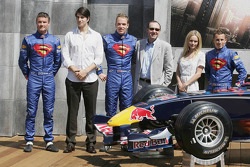 Pilotos de Red Bull Racing con actores Brandon Ruth, Kate Bosworth, Kevin Spacey