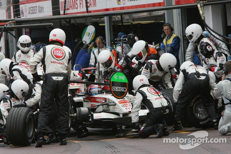 Rubens Barrichello fait un arrêt au stand