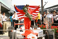 Ganador de la carrera Sam Hornish Jr. celebra