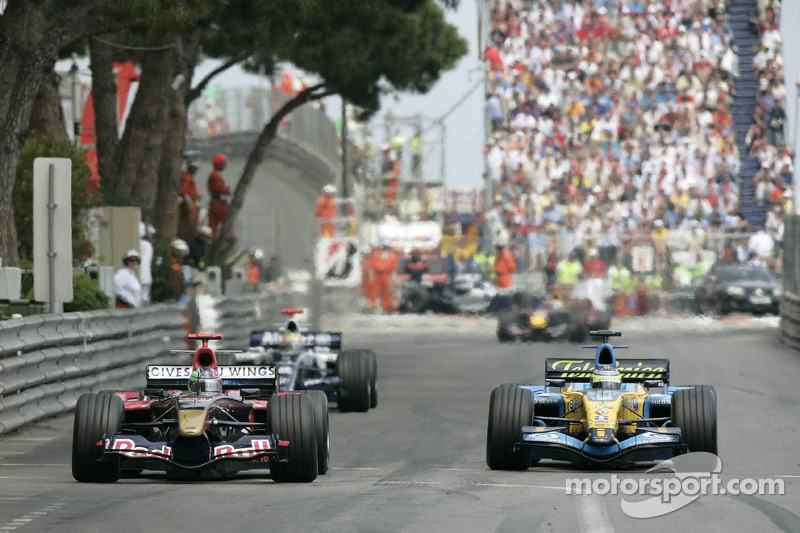 Vitantonio Liuzzi in front of Giancarlo Fisichella y Mark Webber