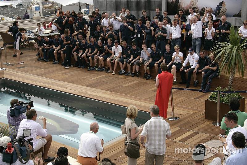 Director deportivo Christian Horner y el equipo de Red Bull Racing celebran el primer podio