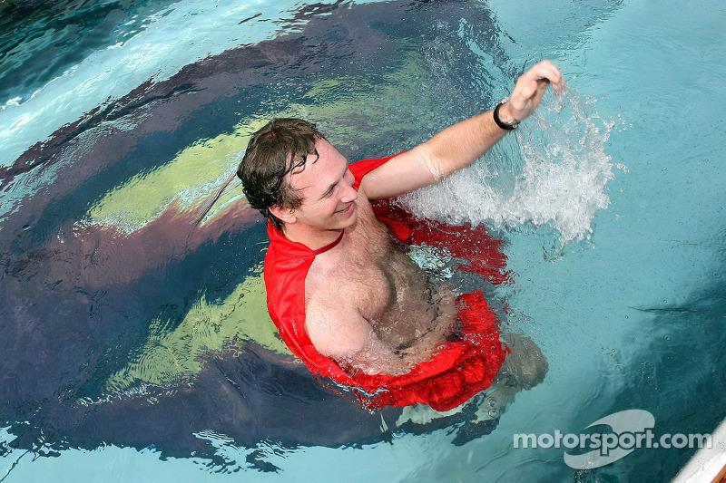 Director deportivo Christian Horner en una capa de Superman en la piscina en la cubierta de la estación de energía de Red Bull