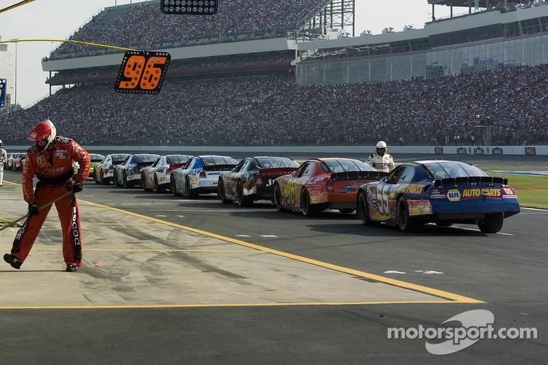 Les voitures sont prêtes à aller sur la grille