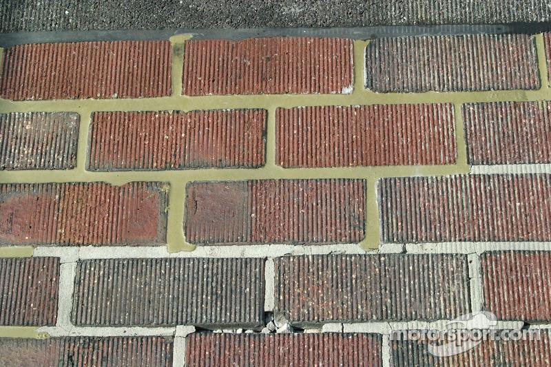 Le sol de briques sur la ligne de départ/d'arrivée