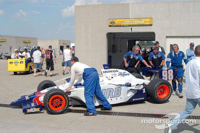 Inspection technique après la course pour P.J. Jones