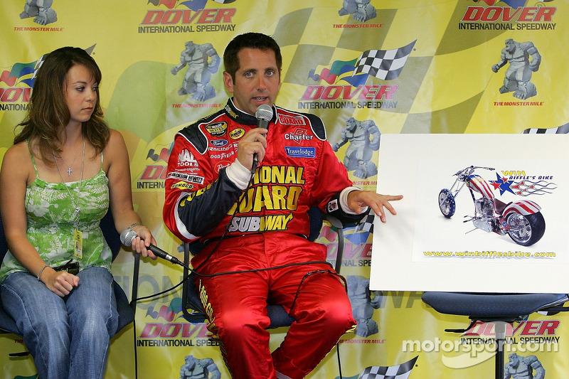 Greg Biffle à côté de sa petite amie Nicole Lunders et parlent aux médias de la vente aux enchères d'une moto de la fondation Greg Biffle