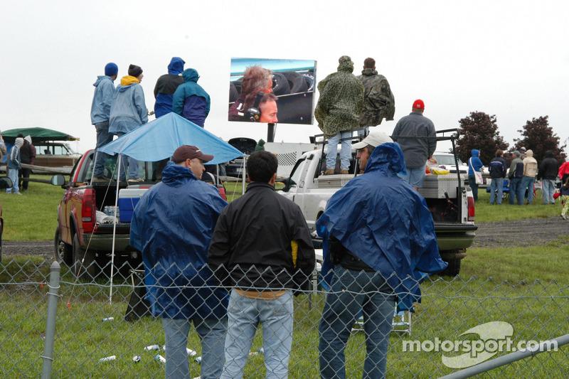 La foule au virage 1 regarde l'écran géant