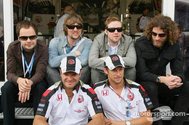 Rubens Barrichello et Jenson Button avec le groupe Kaiser Chiefs