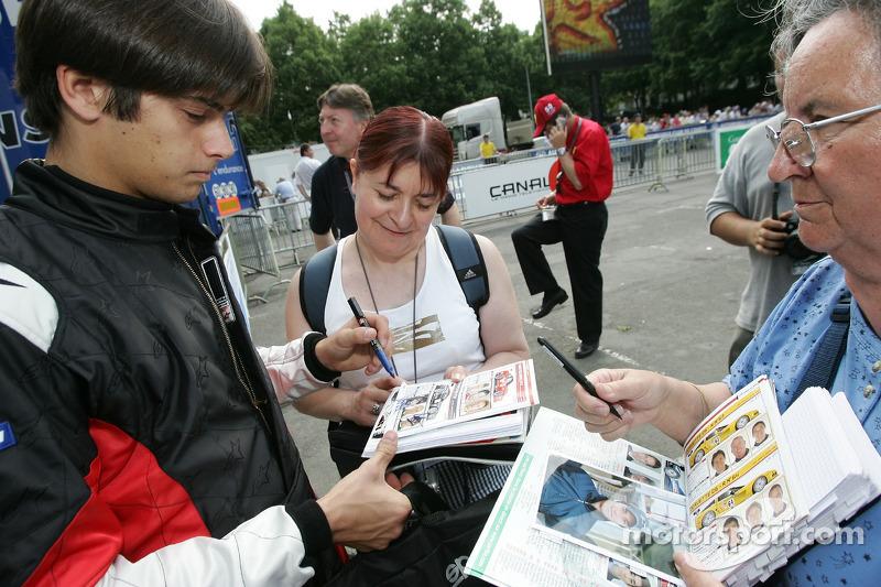 Nelson A. Piquet signe des autographes