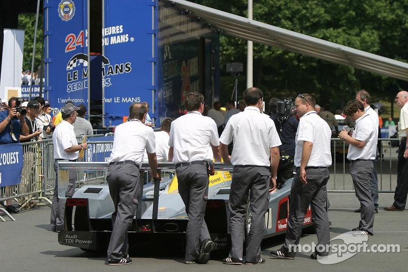 Audi Sport Team Joest Audi R10 devant à la troisième spéciale