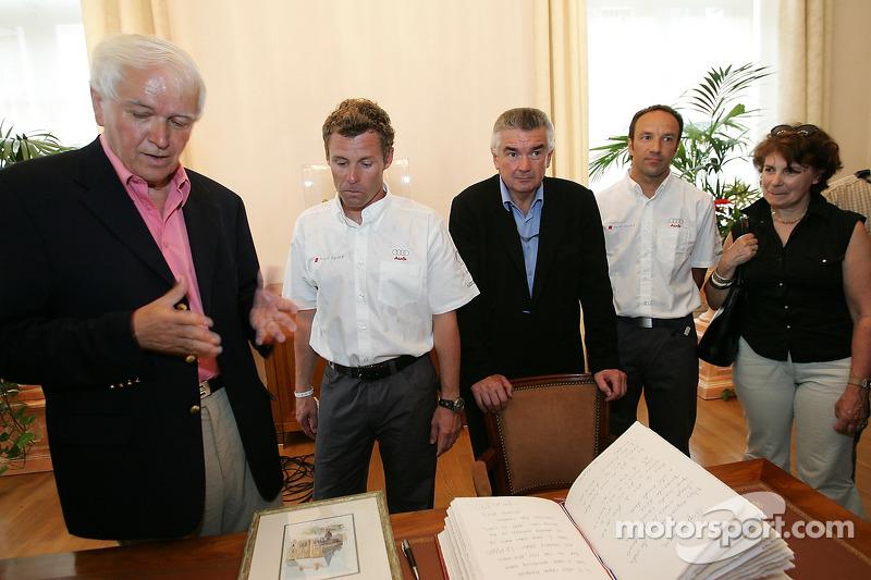 Découverte de la plaque des vainqueurs des 24 Heures du Mans 2005: le maire du Mans, Tom Kristensen et Marco Werner à la mairie