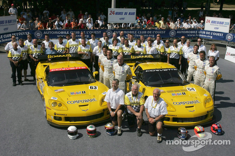 Ron Fellows, Johnny O'Connell, Max Papis, Oliver Gavin, Olivier Beretta, Jan Magnussen et l'équipe Corvette Racing posent avec la Corvette Racing Corvette C6-R