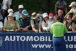 Nic Jonsson signe des autographes