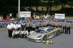 Terry Borcheller, Johnny Mowlem, Christian Fittipaldi, and the ACEMCO Motorsports Team pose with the ACEMCO Motorsports Saleen S7R