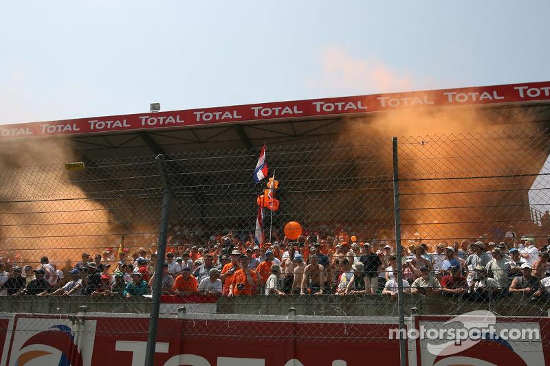 Des fans néerlandais saluent les pilotes Spyker Squadron