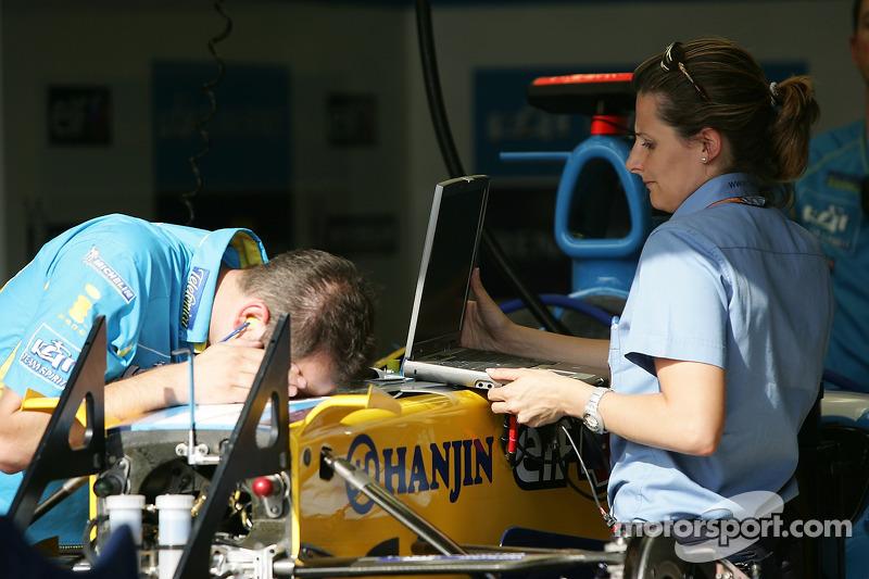 Les membres de l'équipe Renault au travail