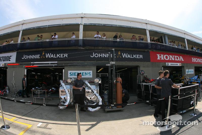 Des membres de l'équipe McLaren se tiennent prêts pour la course