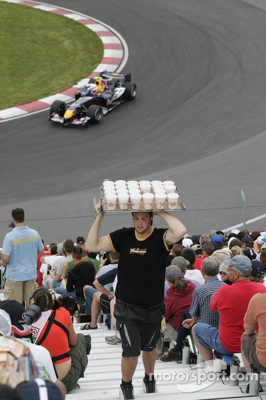Un homme vendant des Budweiser dans la foule