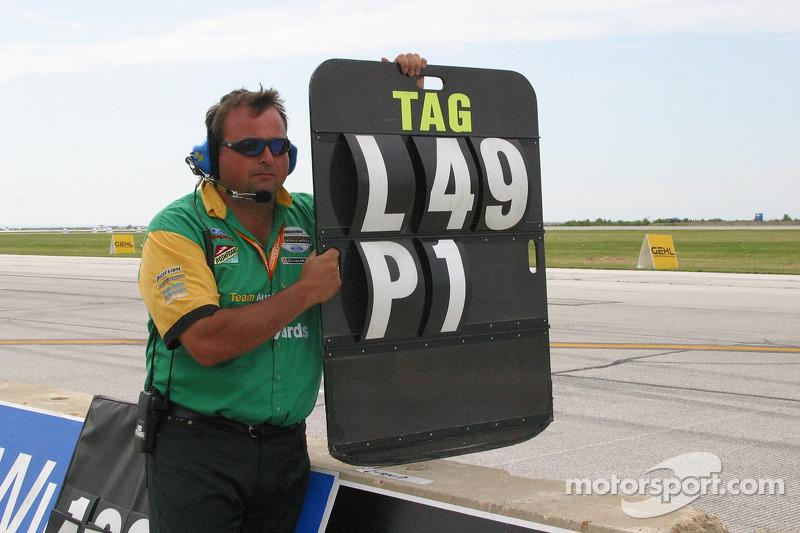 Le panneau de piste de Alex Tagliani indique qu'il est en première position