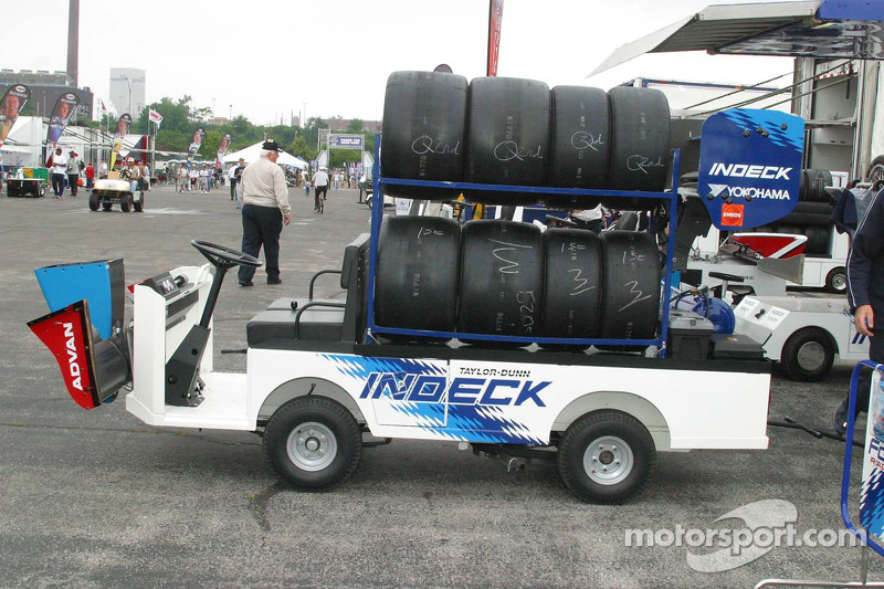 Les voiturettes de golf portent des pièces de rechange puisque la voie des stands est à une grande distance des stands