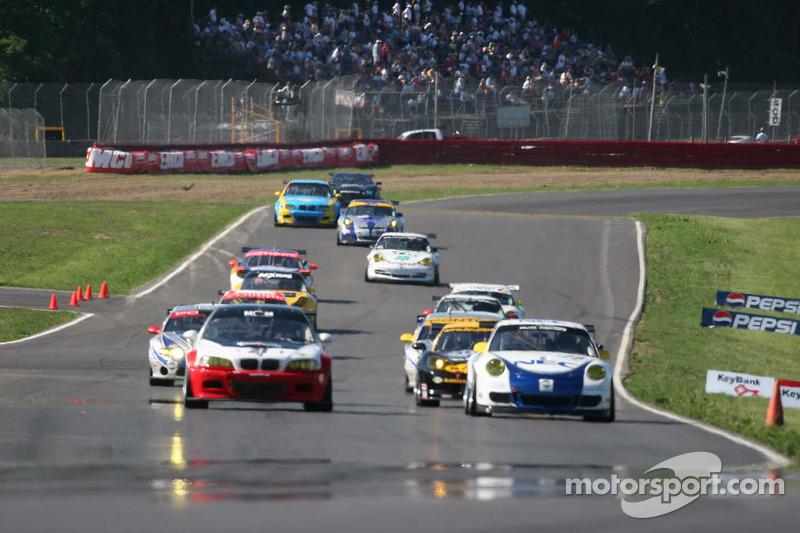 Les voitures GT sur le point de prendre le drapeau vert
