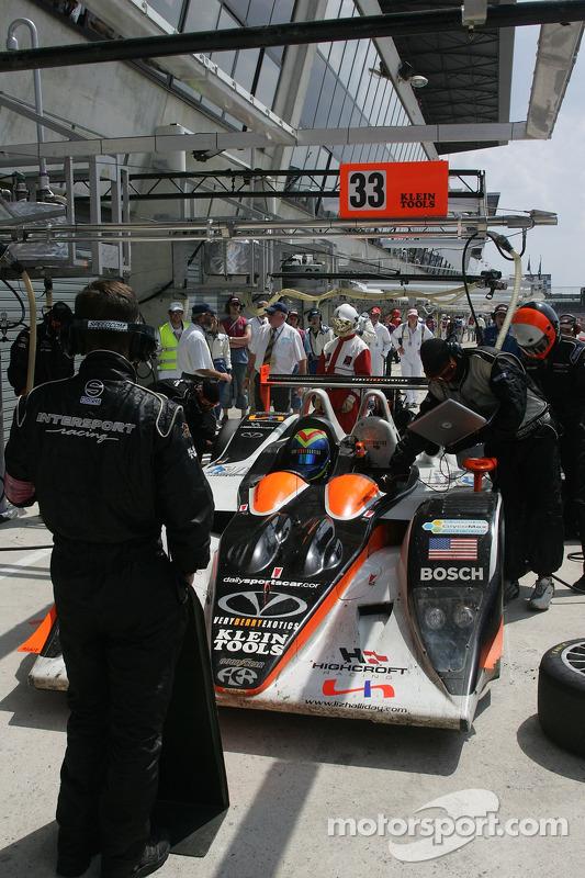 #33 Intersport Racing Lola B05/40 AER dans les stands