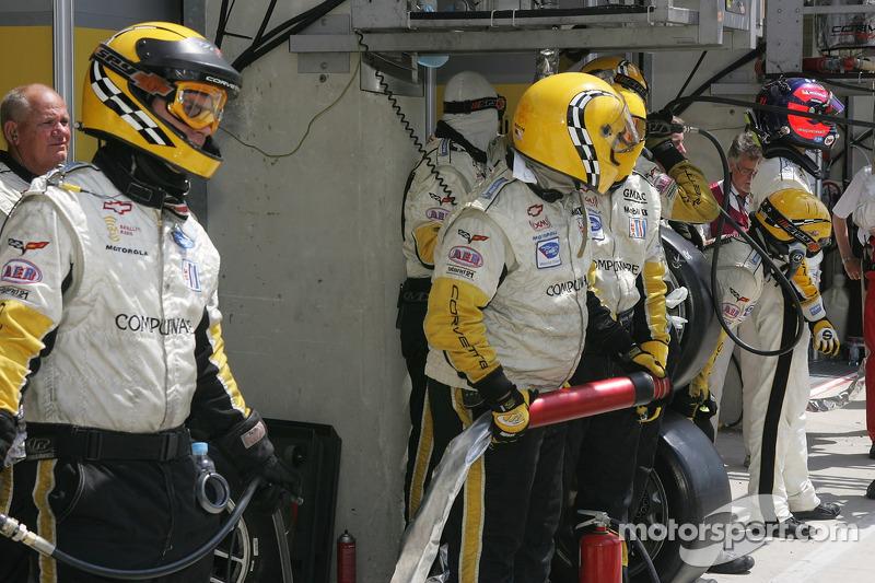 Olivier Gavin et l'équipe #64 Corvette Racing Corvette C6R attendent leur arrêt au stand