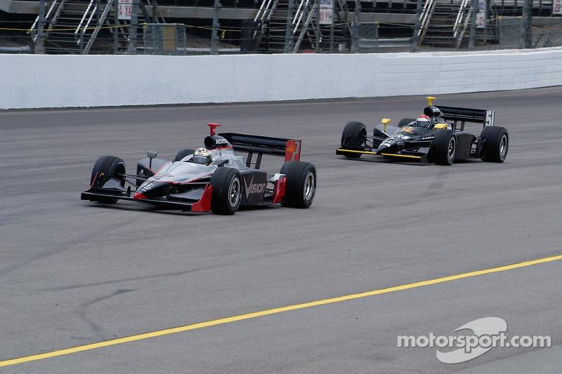 Tomas Scheckter devance Eddie Cheever en bas de la dernière ligne droite
