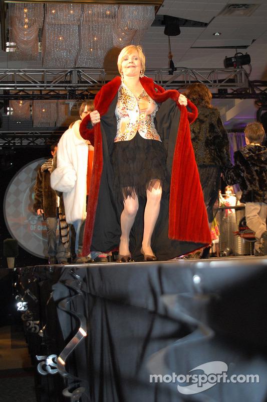 Florence Henderson revêt le manteau rouge de Jim Nabor absent