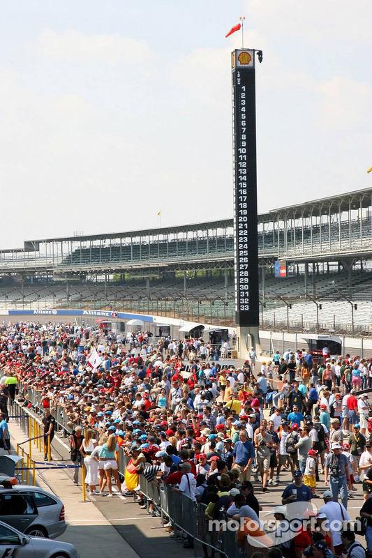 La voie des stands est très occupée par des fans de course