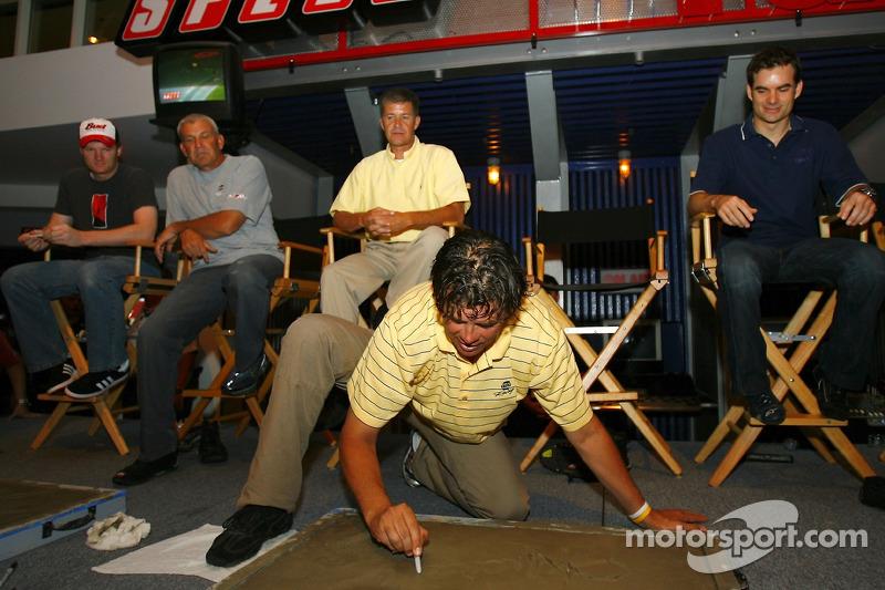 Michael Waltrip met son nom dans le béton pour le Daytona 500 Walk Of Fame