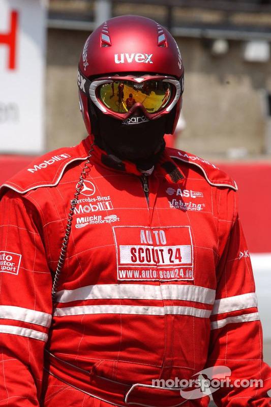 Un mécanicien de Mücke motosport