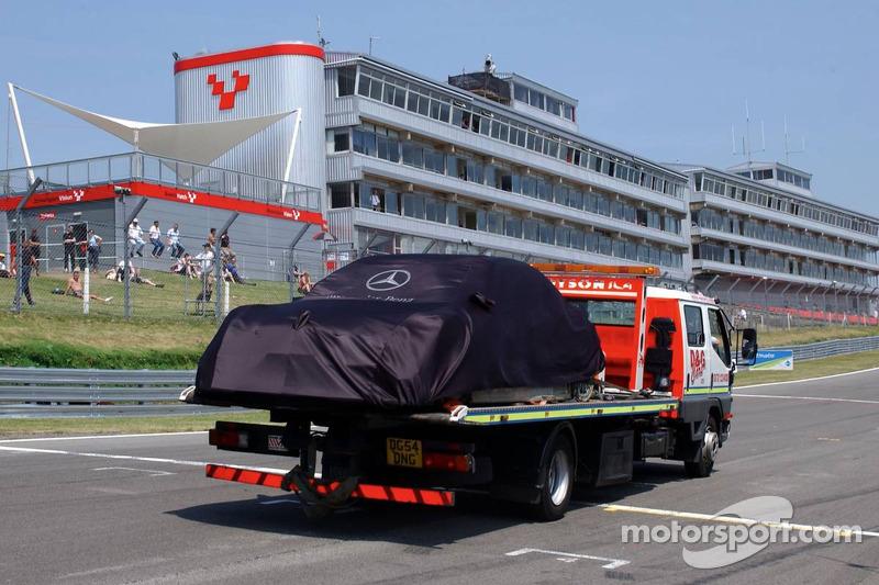 La voiture de Mika Hakkinen ramenée aux stands