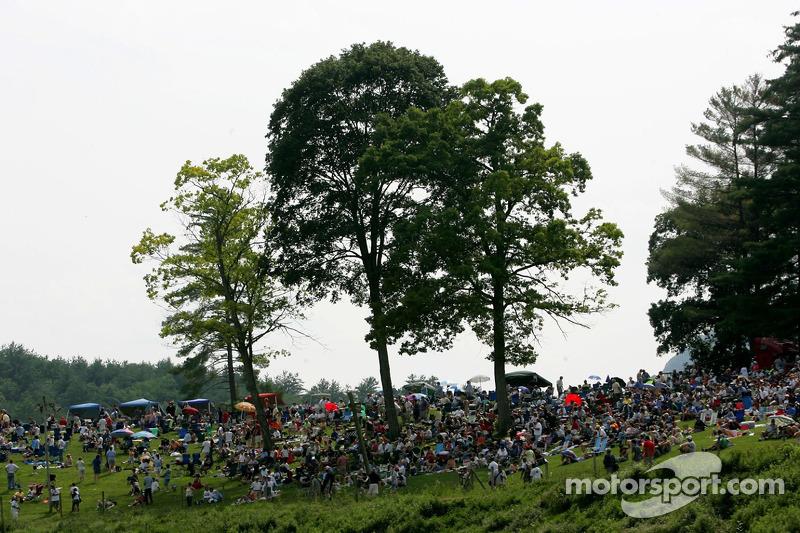 Des fans de Lime Rock regardent l'action de course