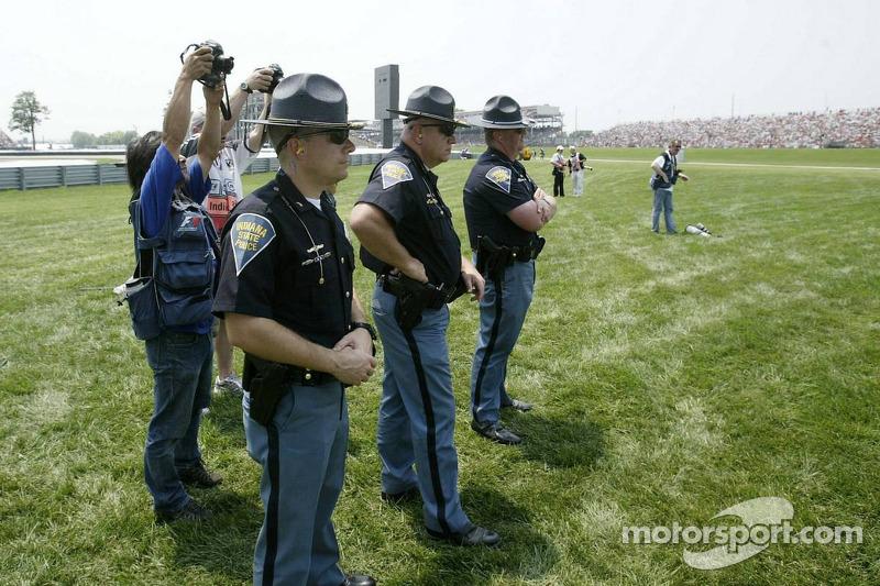 La police regarde la course