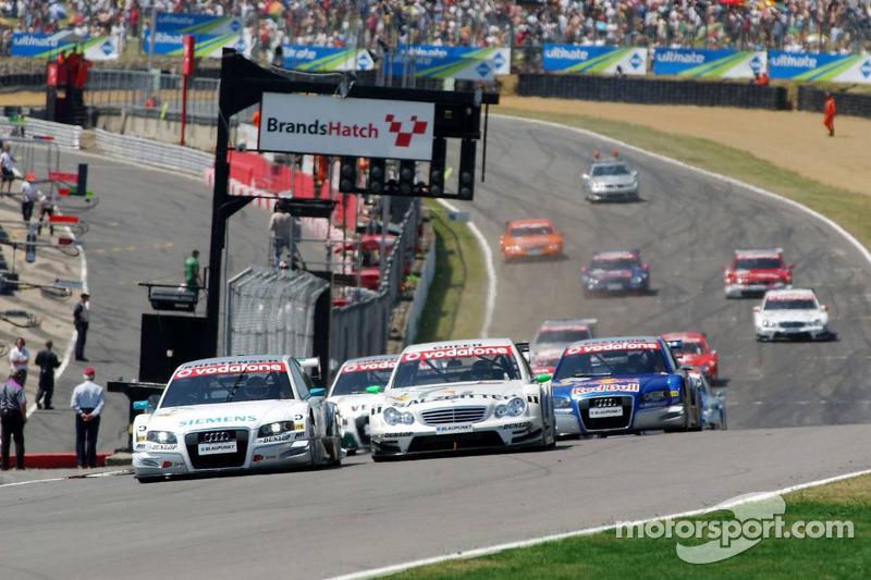 Le champ de départ de la course DTM avec Tom Kristensen à l'avant suivi de près par Jamie Green