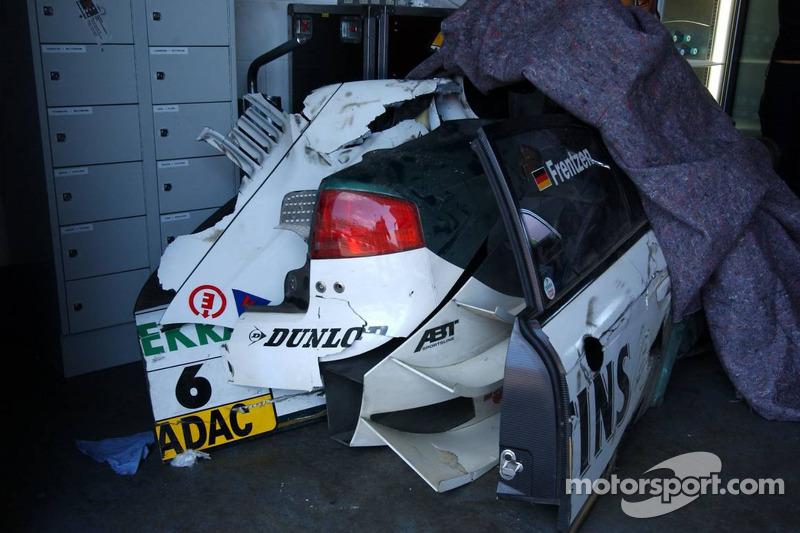Après la course, les pièces de la voiture de Heinz-Harald Frentzen sont exposés dans le garage