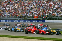 Start: Michael Schumacher and Fernando Alonso battle